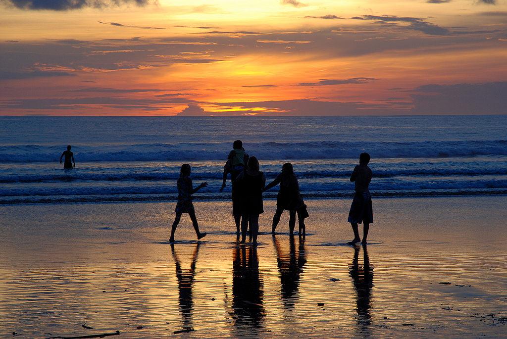 《峇里島景點推薦》雷吉恩沙灘,浪漫散步與觀賞夕照好所在。