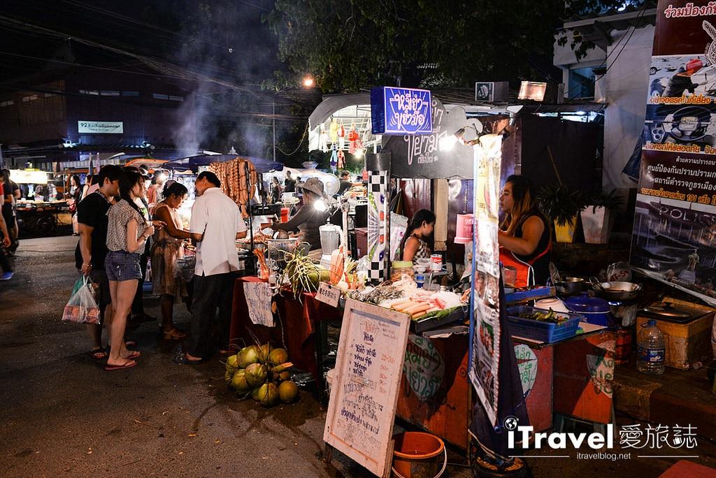 《清邁夜市集景》清邁週日夜市 Sunday Night Market Walking Street:從塔佩門開始的步行者逛街購物天堂。