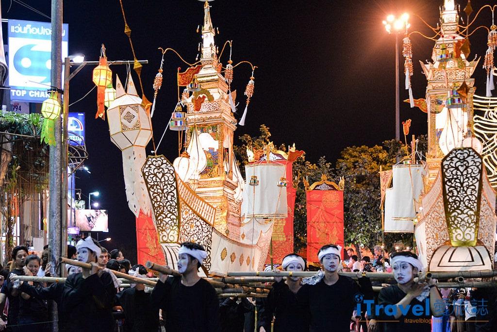 《清邁水燈節》花車遊行與水燈節選美活動:古城區塔佩門前,歡樂熱鬧迎節慶。