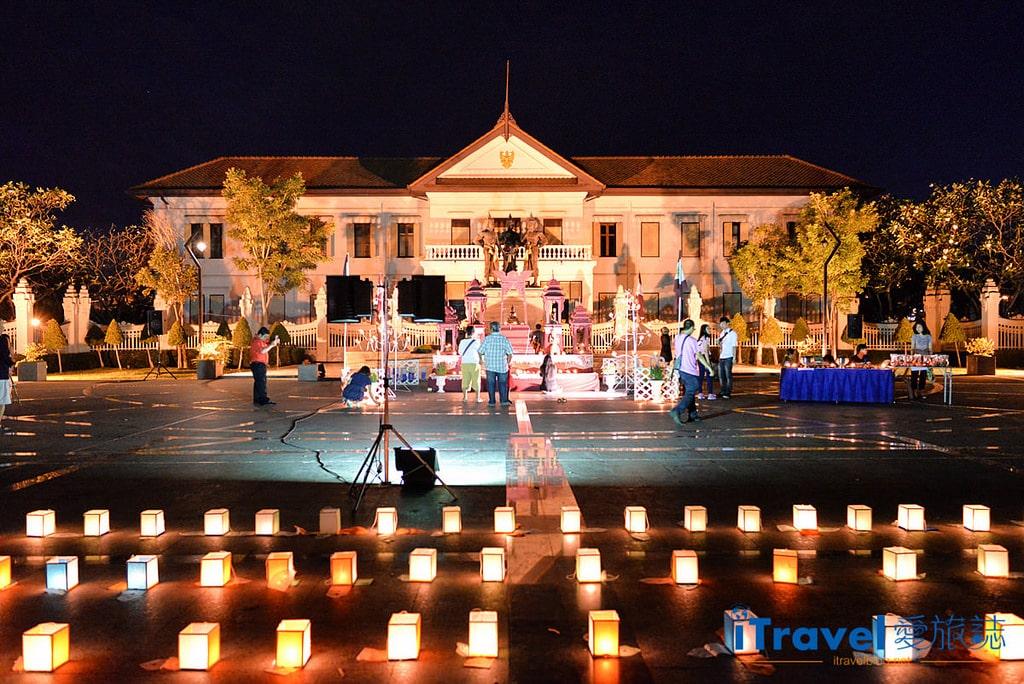 《清邁水燈節》三王紀念碑廣場揭開節慶序曲,油燭光影點點虔誠祈福。