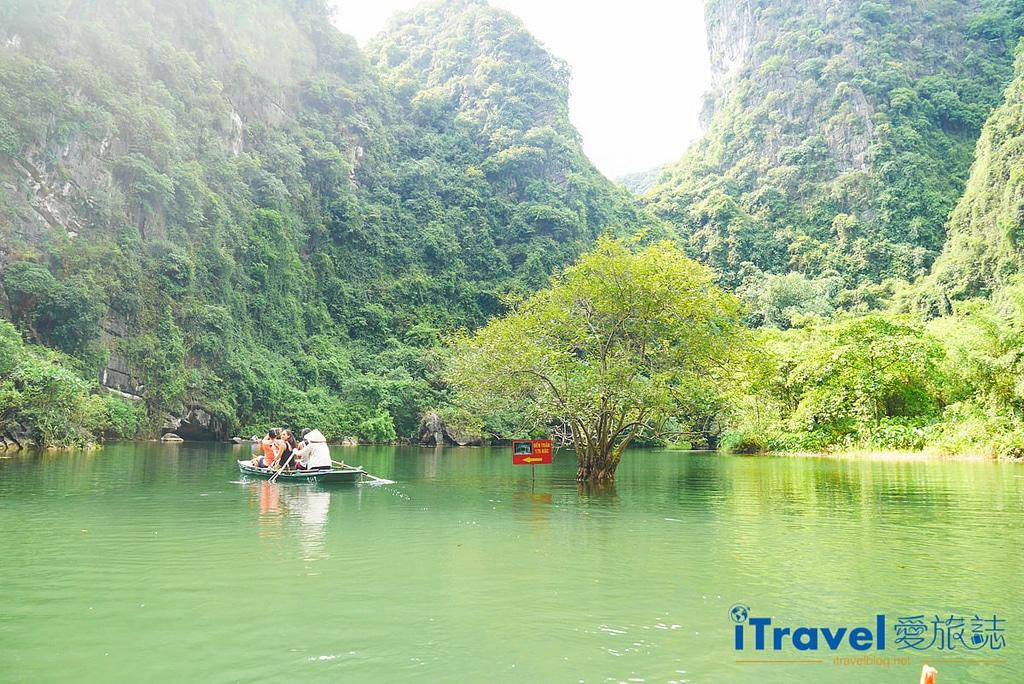 《寧平遊船體驗》陸龍灣新泰旅遊區遊船:陸地版下龍灣行舟,享受穿梭山巒與洞穴的樂趣。