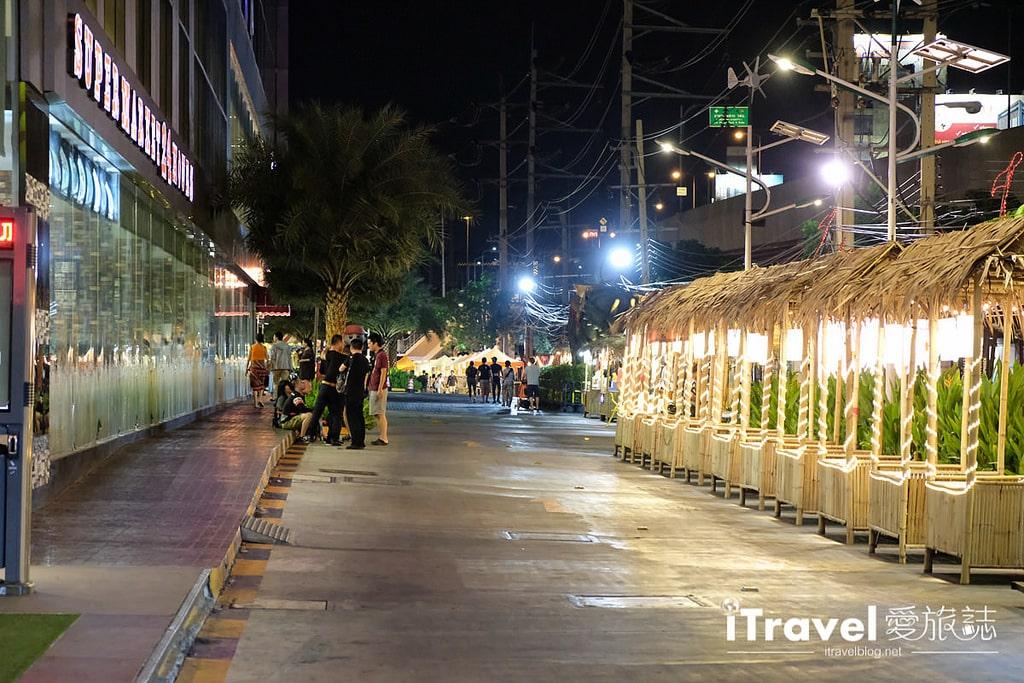 《曼谷夜市集景》桑倫夜市 Suan Lum Night Bazaar Ratchadaphisek:專為觀光團客掃貨量身打造,濃縮版泰國觀光體驗一條龍。