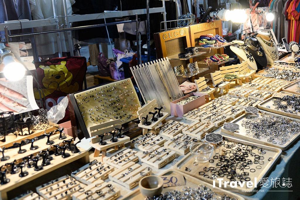 《曼谷夜市集景》華馬夜市 Hua Mum Night Market:2015年開業的在地商圈型夜市,鄰近The Walk購物中心、理杜安與火車夜市。